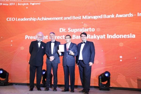 Direktur Utama PT Bank Rakyat Indonesia (Persero) Tbk. Suprajarto (kedua kanan) menerima penghargaan dari majalah ekonomi terkemuka di Asia, The Asian Banker, Kamis (30/5/2019). - Istimewa