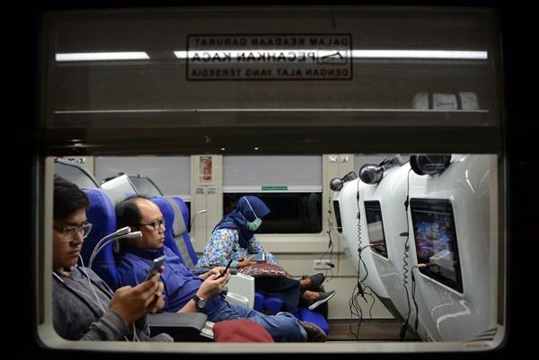 Sejumlah penumpang berada di dalam gerbong kereta 'Sleeper Luxury 2' yang dirangkaikan dengan kereta Argo Lawu jurusan Gambir-Solo Balapan sebelum berangkat di Stasiun Gambir, Jakarta, Selasa (28/5/2019). PT. Kereta Api Indonesia meluncurkan generasi baru kereta 'Sleeper Luxury 2' yang hanya memuat 26 kursi. -  ANTARA FOTO/M Risyal Hidayat