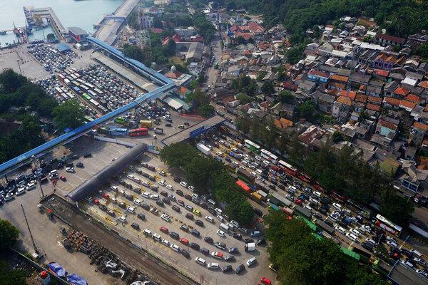 Foto udara ribuan kendaraan pemudik tujuan Pulau Sumatra antre sebelum memasuki kapal roro di Pelabuhan Merak, Banten, Kamis (30/5/2019). Puncak arus mudik di Pelabuhan Merak diprediksi terjadi pada 31 Mei - 2 Juni 2019. - Antara/Dziki Oktomauliyadi