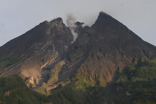 Aktivitas Gunung Merapi terlihat dari kawasan Deles Indah, Sidorejo, Kemalang, Klaten, Jawa Tengah, Senin (11/3/2019). - ANTARA FOTO/Aloysius Jarot Nugroho
