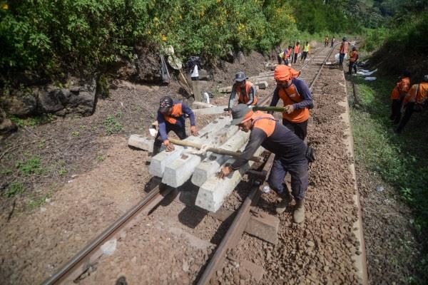 Pekerja memperbaiki bantalan rel di Km 193 - 192 antara Stasiun Lebakjero dan Stasiun Nagreg, Kabupaten Bandung, Jawa Barat, Kamis (30/5/2019). Perbaikan tersebut dilakukan pascaanjloknya kereta Lodaya Tambahan keberangkatan Solo Balapan menuju Bandung pada Rabu (29/5/2019) malam. - ANTARA FOTO/Raisan Al Farisi
