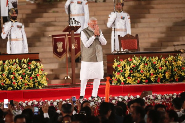 Narendra Modi menyapa para pendukungnya setelah dilantik menjadi Perdana Menteri (PM) India untuk periode kedua di Istana Presiden di New Delhi, India, Kamis (30/5/2019). - Reuters/Adnan Abidi