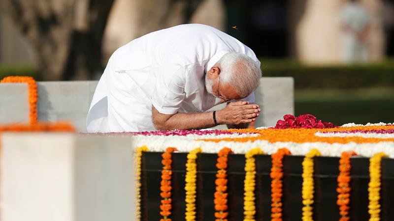 Perdana Menteri India Narendra Modi memberikan penghormatan pada Mahatma Gandhi di Raj Ghat menjelang upacara pelantikannya, di New Delhi, India 30 Mei 2019. - Reuters