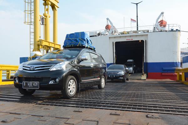 Ilustrasi-Pemudik tiba di Pelabuhan Bakauheni Lampung dan bersia masuk jalan tol - Antara