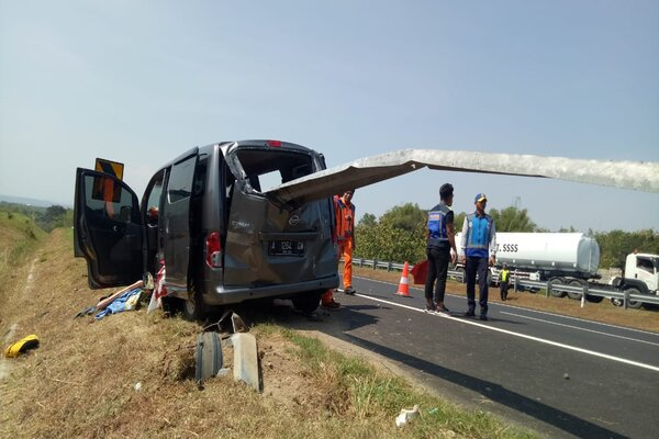 Petugas mengamankan mobil yang mengalami kecelakaan di Jalan tol Solo-Sragen KM. 501, Karanganyar, Kamis (30/5). - Ist