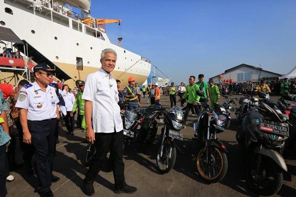 Gubernur Jawa Tengah Ganjar Pranowo saat menyambut kedatangan pemudik di Pelabuhan Tanjung Emas Semarang.