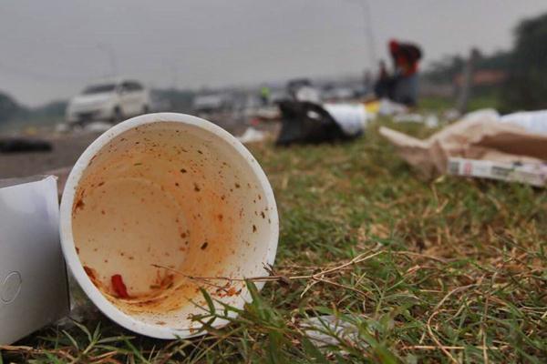Ilustrasi - Sampah berserakan di pinggir jalan tol Cikopo-Palimanan Km 88, Jawa Barat, Kamis (22/6). - JIBI/Abdullah Azzam