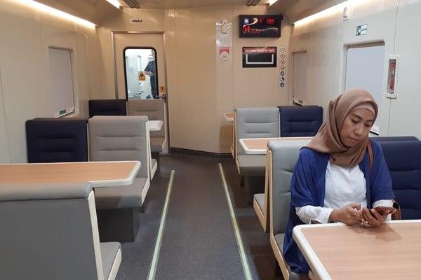Penumpang kereta jurusan Palembang  Tanjung Karang sedang berada di kereta restorasi yang merupakan fasilitas kereta bagi penumpang untuk menyantap makanan - Bisnis/Dinda Wulandari