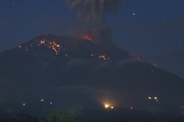 Abu vulkanis dan batu pijar terlontar dari kawah Gunung Agung saat erupsi yang terpantau dari Pos Pengamatan Gunung Api Agung, Karangasem, Bali, Minggu (21/4/2019). Gunung Agung yang berstatus siaga itu kembali erupsi pada pukul 18.56 WITA dengan melontarkan abu vulkanis mencapai ketinggian 3.000 meter dari kawah yang disertai lontaran batu pijar ke lereng gunung tersebut. ANTARA FOTO - Nurul Husaeni