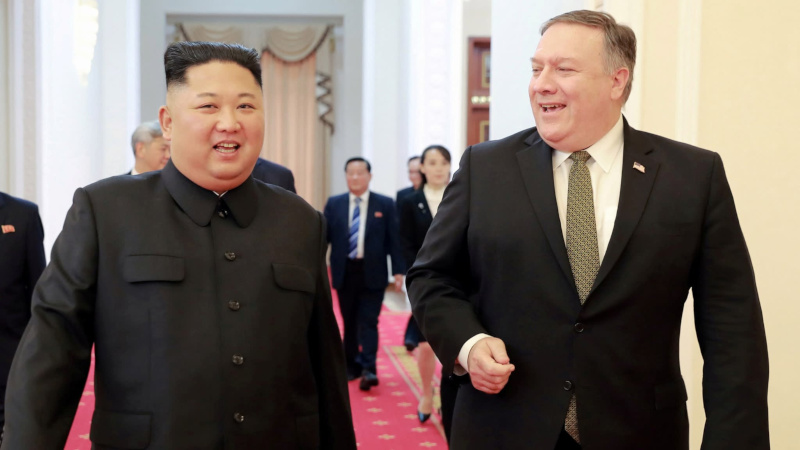 Pemimpin Korea Utara (Korut) Kim Jong-un (kiri) dan Menteri Luar Negeri (Menlu) AS Mike Pompeo di Pyongyang, Korut, Minggu (7/10/2018). - KCNA via Reuters
