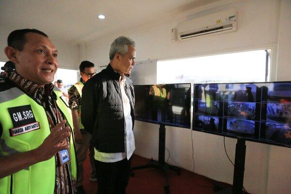 Gubernur Ganjar Pranowo saat melakukan tinjauan di Bandara Internasional Ahmad Yani Semarang. - Bisnis/Alif Nazzala R.