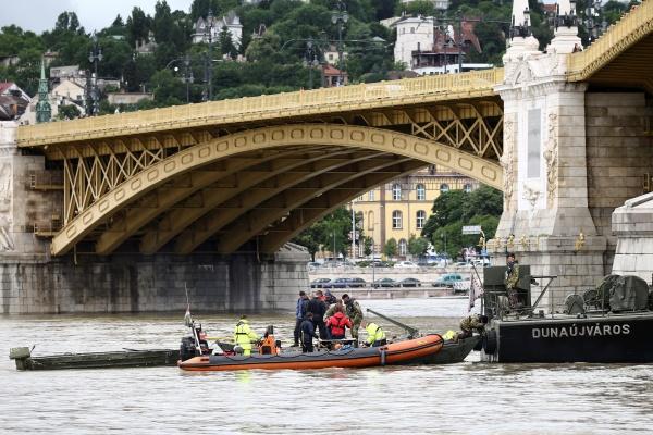 Tim penyelamat dari kepolisian dan penyelam mencari korban kecelakaan kapal di sungai Danube Budapest Hungaria, Kamis (30/5/2019) - REUTERS/Antonio Bronic