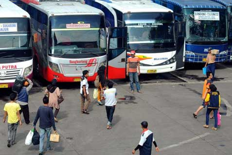 Ilustrasi - Deretan bus eksekutif di sebuah terminal. - Bisnis
