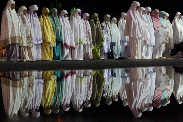 Umat muslim melaksanakan Shalat Tarawih pertama di Masjid Agung Baitul Makmur, Meulaboh, Aceh Barat, Aceh, Minggu (5/5/2019)./ANTARA - Syifa Yulinnas