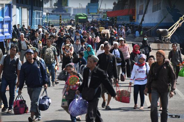 Penumpang KM Dharma Ferry VII asal Balikpapan, Kalimantan Timur, tiba di Dermaga Gapura Surya Nusantara, Pelabuhan Tanjung Perak, Surabaya, Jawa Timur, Kamis (30/5/2019). Berdasarkan data Pelindo III pada mudik 2019 diperkirakan jumlah penumpang meningkat sekitar tiga persen yakni sekitar 467.730 orang dibanding musim mudik sebelumnya yang tercatat hanya 454.059 orang. - Antara/Zabur Karuru