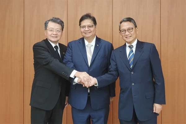 Menteri Perindustrian Airlangga Hartarto (tengah) bersama Duta Besar Indonesia untuk Jepang Arifin Tasrif (kanan) berfoto dengan Vice Chairman Keidanren Kobayashi Ken (kiri) seusai melakukan pertemuan di Tokyo.  - kemenperin