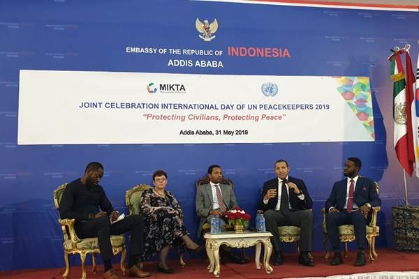 Pembicara panel diskusi dalam rangka peringatan Hari Pasukan Perdamaian di KBRI Addis Ababa - KBRI Addis Ababa