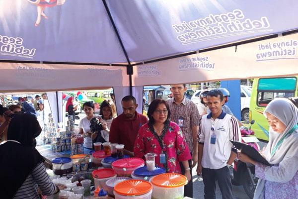 Kepala BPOM Ambon Hariani (tengah) dan para petugas meninjau pusat penjualan makanan takjil di ibu kota Provinsi Maluku tersebut pada Jumat (31/5/2019). - Antara/Penina Mayaut