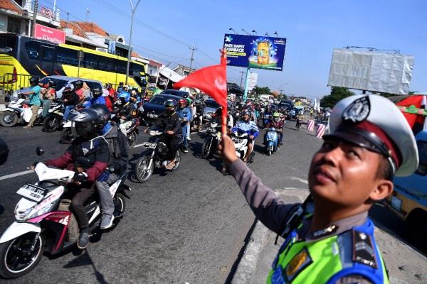 Sejumlah pemudik dengan sepeda motor melintas di jalur pantura, Cirebon, Jawa Barat, Kamis (30/5/2019). Pada H-6 jalur pantura mulai dipadati dengan pemudik sepeda motor. - ANTARA FOTO/Sigid Kurniawan