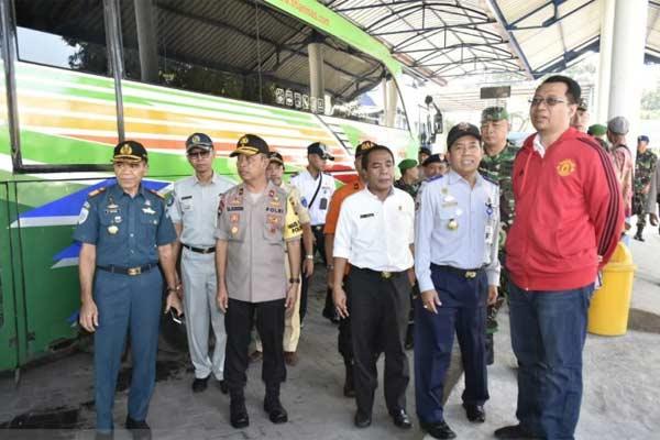 Gubernur Nusa Tenggara Barat Zulkieflimansyah (kanan) bersama sejumlah pimpinan Forum Koordinasi Pimpinan Daerah (Forkopinda) NTB dan Kepala Dinas Perhubungan NTB Lalu Bayu Windia (ketiga dari kanan) saat melakukan pengecekan di Terminal Mandalika, Kota Mataram, Jumat (31/5/2019).  - ANTARA