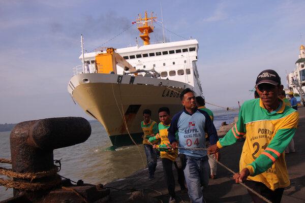 Pekerja menarik tali kapal KM Labobar saat berusaha bersandar di Dermaga Jamrud Utara, Pelabuhan Tanjung Perak, Surabaya, Jawa Timur, Jumat (31/5/2019). Kapal laut yang bertolak dari Balikpapan itu mengangkut sekitar 4.641 pemudik. - Antara/Didik Suhartono