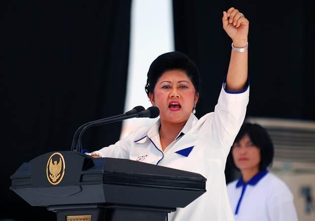 (Foto dokumentasi) Ibu Negara Ani Yudhoyono menyemangati ribuan anak-anak yang hadir dalam acara puncak peringatan Seabad Kebangkitan Nasional di lapangan Monas, Jakarta, Minggu (11/5/2008). - ANTARA/Widodo S. Jusuf