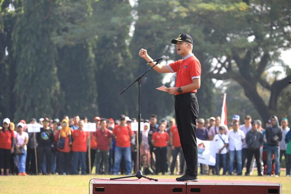 Gubernur Ganjar Pranowo di hadapan peserta mudik gratis 2019. Peserta mudik gratis sempat mendoakan Ani Yudhoyono, Sabtu (1/6/2019). - Ist