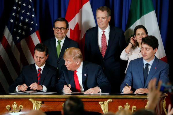 (Dari kiri) Presiden Meksiko Enrique Pena Nieto, Presiden AS Donald Trump, dan Perdana Menteri (PM) Kanada Justin Trudeau saat menandatangani US, Mexico, Canada Agreement (USMCA). - Reuters/Andres Stapff