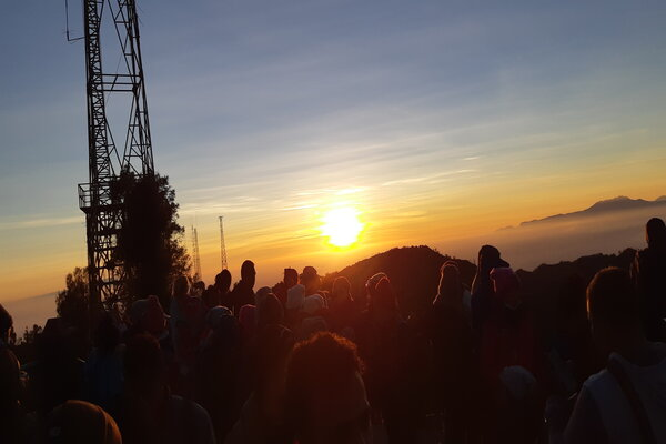 Matahari terbit menjadi target utama wisatawan yang berkunjung ke kawasan Bromo.