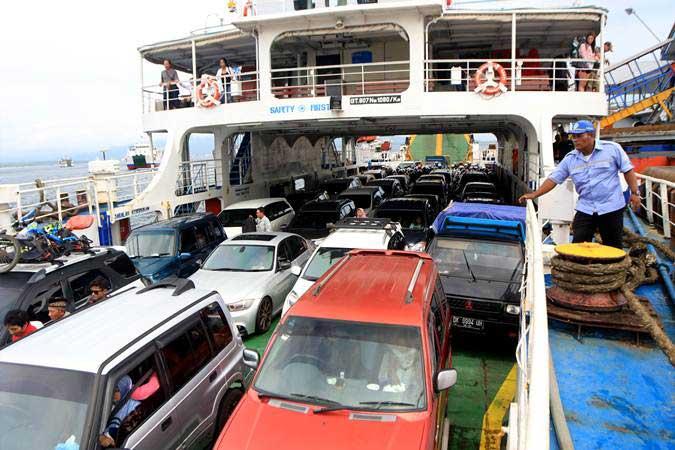 Kendaraan berada di atas kapal di Pelabuhan Ketapang, Banyuwangi, Jawa Timur, Rabu (6/3/2019). - ANTARA/Budi Candra Setya