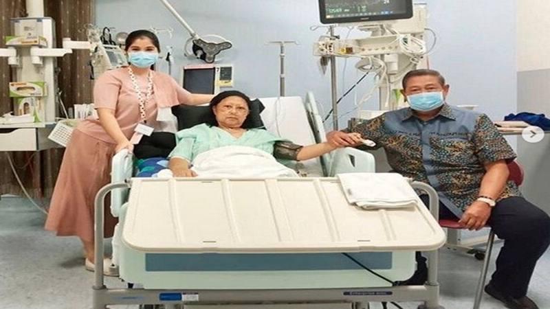 Annisa Pohan (kiri) dan Susilo Bambang Yudhoyono (SBY) beserta Ani Yudhoyono (tengah) di rumah sakit di Singapura. Ani Yudhoyono sakit kanker darah dan dirawat sejak 2 Februari lalu di Singapura. - Instagram @aniyudhoyono