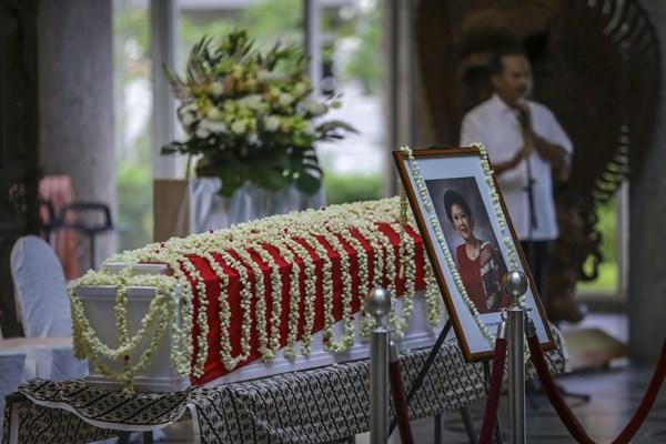 Jenazah almarhumah Ibu Ani Yudhoyono disemayamkan di Kedutaan Besar Indonesia, di Singapura, Sabtu (1/6/2019). - ANTARA