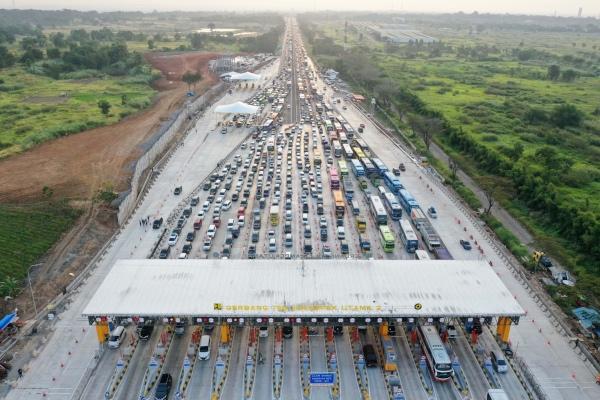 Sejumlah kendaraan antre memasuki Gerbang Tol Cikampek Utama, Cikampek, Jawa Barat, Kamis (30/5/2019). - ANTARA FOTO/Rivan Awal Lingga