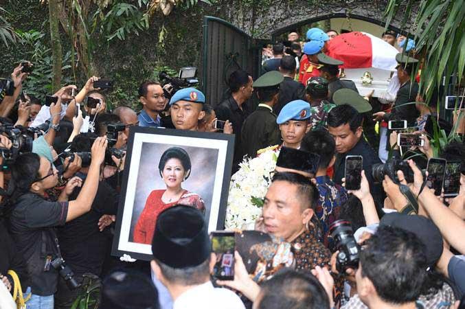 Jenazah almarhumah Ani Yudhoyono saat dibawa dari kediaman menuju pendopo untuk disemayamkan di Cikeas, Bogor, Jawa Barat, Minggu (2/6/2019). - ANTARA/Akbar Nugroho Gumay