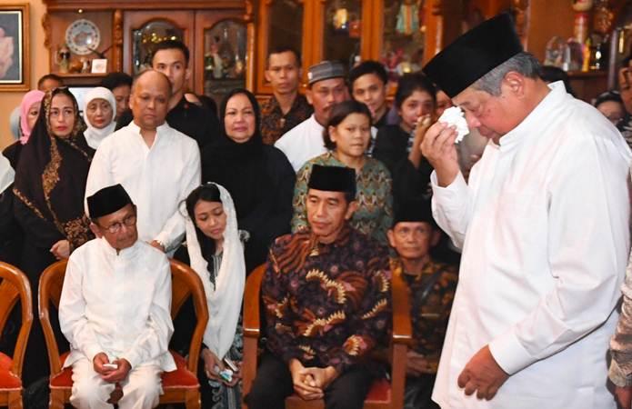 Presiden ke-6 RI Susilo Bambang Yudhoyono (kanan) menangis disaksikan Presiden Joko Widodo (tengah) dan Presiden ke-3 RI BJ Habibie (kiri) saat memberikan sambutan ketika kedatangan jenazah almarhumah Ani Yudhoyono di Cikeas, Bogor, Jawa Barat, Sabtu (1/6/2019). - ANTARA/Akbar Nugroho Gumay