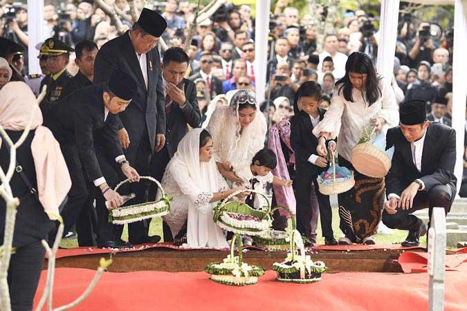 Presiden RI keenam Susilo Bambang Yudhoyono (kedua kiri) didampingi Agus Harimurti Yudhoyono (kanan) beserta istri dan anak, serta Edhi Baskoro Yudhoyono (kiri) beserta istri dan anak menaburkan bunga di makam Ibu Ani Yudhoyono di Taman Makam Pahlawan Kalibata, Jakarta, Minggu (2/6/19). ANTARA FOTO - Puspa Perwitasari