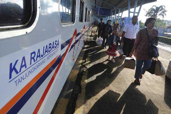 Pemudik pengguna kereta api Rajabasa tujuan Bandar Lampung-Palembang tiba di Stasiun Kertapati, Palembang, Sumatra Selatan, Kamis (29/6). - ANTARA /Nova Wahyudi