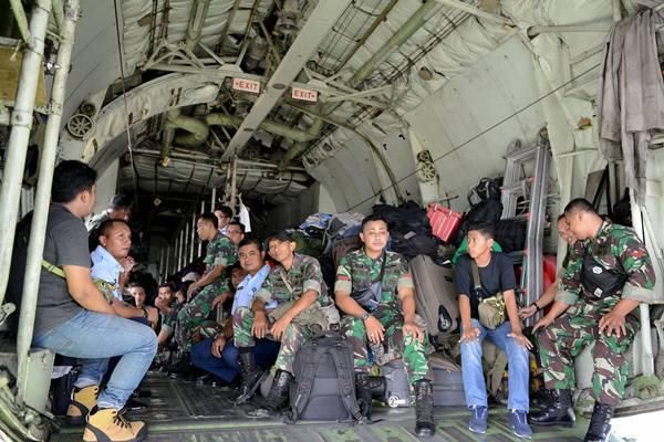 Sejumlah prajurit TNI dan keluarga berada di dalam pesawat Hercules sesaat sebelum lepas landas di Lanud Halim Perdanakusuma, Jakarta Timur, Sabtu (1/6/2019). - Antara