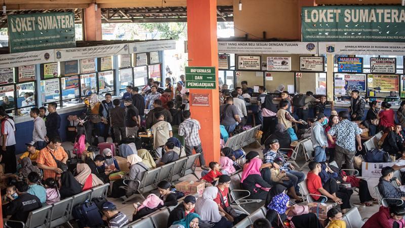 Sejumlah calon pemudik menanti kedatangan bus, di Terminal Kampung Rambutan, Jakarta. - Antara