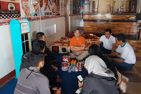 Tim Jelajah Jawa Bali 2019 mengambangi posko PLN di Pelabuhan Ketapang, Senin 3 Juni 2019. - Bisnis/Ni Putu Eka Wiratmini