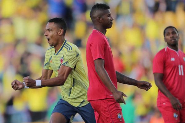 Pemain Kolombia William Tesillo (kiri) merayakan golnya ke gawang Panama. - Reuters/Luisa Gonzalez