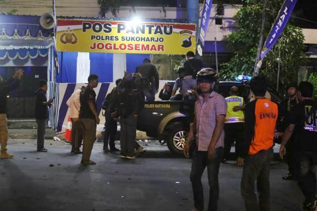 Terduga pelaku aksi bom bunuh diri diangkut ke atas mobil Polisi di depan Pos Pantau Polres Sukoharjo, di kawasan bundaran Kartasura, Sukoharjo, Senin (3/6/2019) malam. - Espos/M. Ferri Setiawan