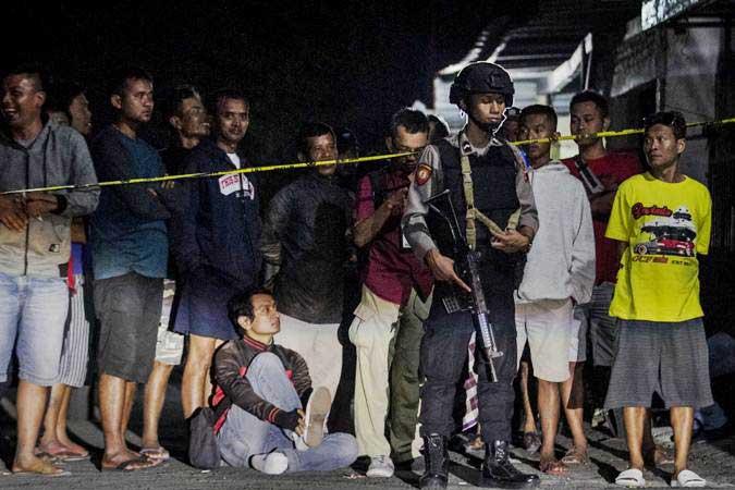 Polisi melakukan penjagaan saat penggeledahan rumah pelaku peledakan Pospam Kartasura di dusun Kranggan, Wirogunan, Kartasura, Sukoharjo, Jawa Tengah, Selasa (4/6/2019) dini hari. - ANTARA/Mohammad Ayudha