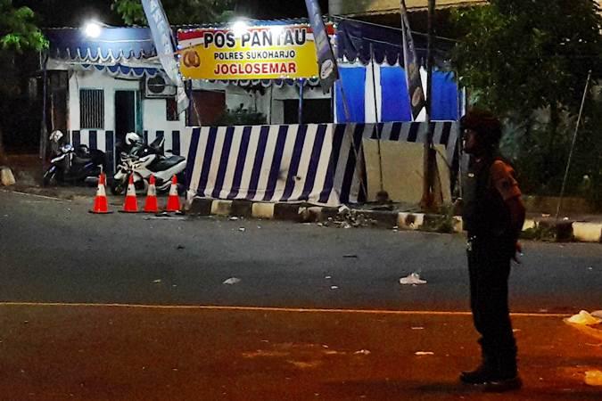 Anggota kepolisian menjaga lokasi kejadian ledakan di Pos Pantau Kartasura, Sukoharjo, Jawa Tengah, Selasa (4/6/2019). - ANTARA/Aloysius Jarot Nugroho