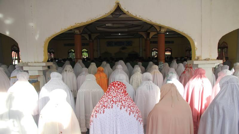 Ilustrasi - Jamaah Tarekat Syattariah melaksanakan salat Idul Fitri 1440 Hijriah di Masjid Babul Hidayah Desa Lek Lek, Kecamatan Panton Reu, Aceh Barat, Aceh, Senin (3/6/2019). - Antara