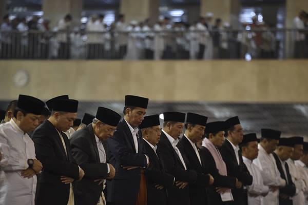 Presiden Joko Widodo (keempat kiri) bersama Wakil Presiden Jusuf Kalla (kelima kiri) melaksanakan Salat Idul Fitri 1438 Hijriah di Masjid Istiqlal, Jakarta, Minggu (25/6). ANTARA FOTO - Puspa Perwitasari
