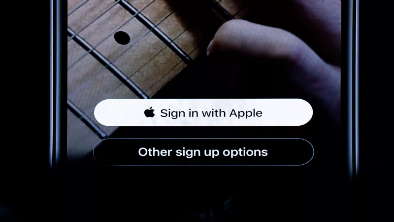 Tampilan tombol Sign in with Apple - Cnet.com