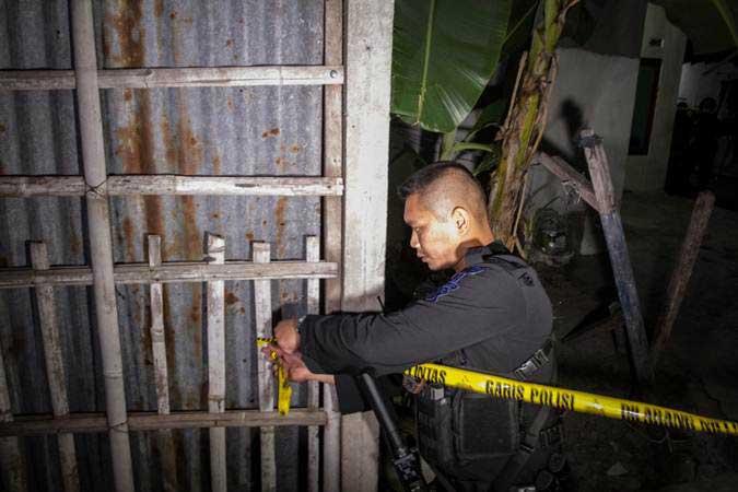 Polisi memasang garis polisi saat penggeledahan rumah pelaku peledakan Pospam Kartasura di dusun Kranggan, Wirogunan, Kartasura, Sukoharjo, Jawa Tengah, Selasa (4/6/2019) dini hari. - ANTARA/Mohammad Ayudha