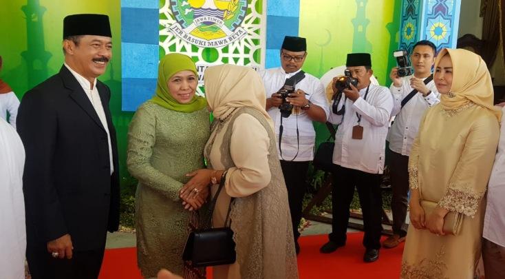 Gubernur Jawa Timur Khofifah Indar Parawansa (kedua kiri) saat bersalaman dengan tamu dalam open house menyambut Hari Raya Idulfitri di Gedung Negara Grahadi Surabaya, Rabu (5/6/2019). - Peni Widarti