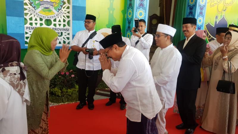 Gubernur Jatim Khofifah Indar Parawansa (paling kiri) saat bersalaman dengan warga yang mengantre dalam Halal Bihalal menyambut Hari Raya Idulfitri di Gedung Grahadi Surabaya, Rabu (5/6/2019). - Bisnis/Peni Widarti